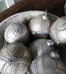 Sæt med 2 stk. hvide julekugler med låg Ø: 8 cm.  - 2