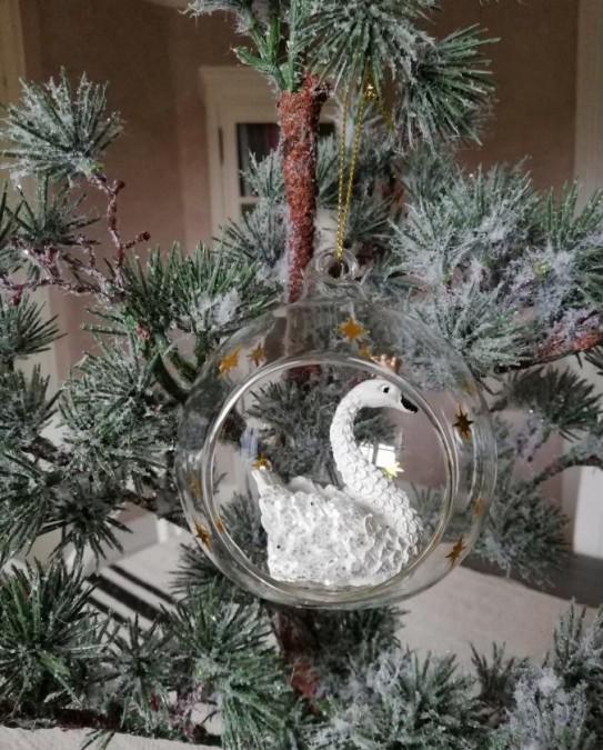 Julekugle i glas med svane og guld stjerner Ø: 8 cm.  - 1