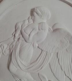 Relief i gips engel med børn i favnen Ø: 37 cm.  - 2