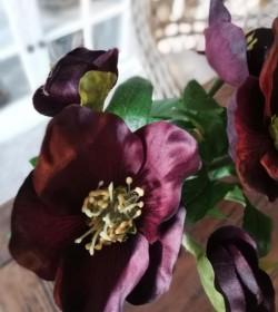 Kunstig buket med vinrøde juleroser H: 25 cm.  - 2