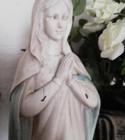 Bedende madonna antikhvid/opal H: 36 cm.  - 3