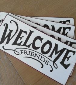 Hvidt skilt Welcome friends...