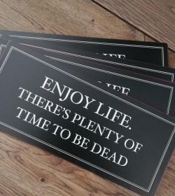 Sort skilt Enjoy life..