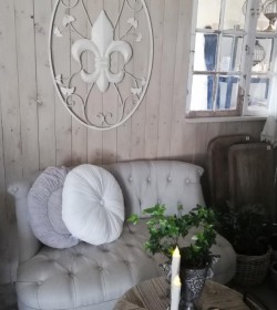 Stor cremehvid vægdekoration med fransk lilje H: 92,5 cm.  - 1