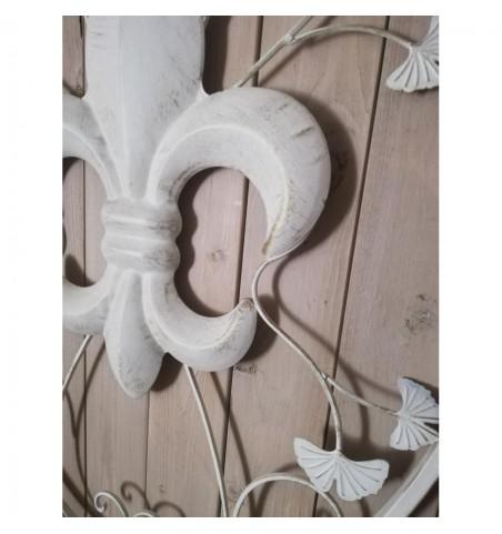 Stor cremehvid vægdekoration med fransk lilje H: 92,5 cm.  - 2