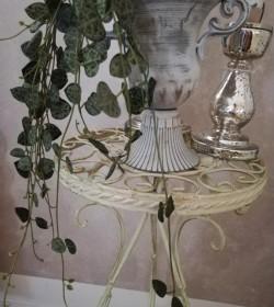 Creme bord med liljer Ø: 26 cm.  - 2